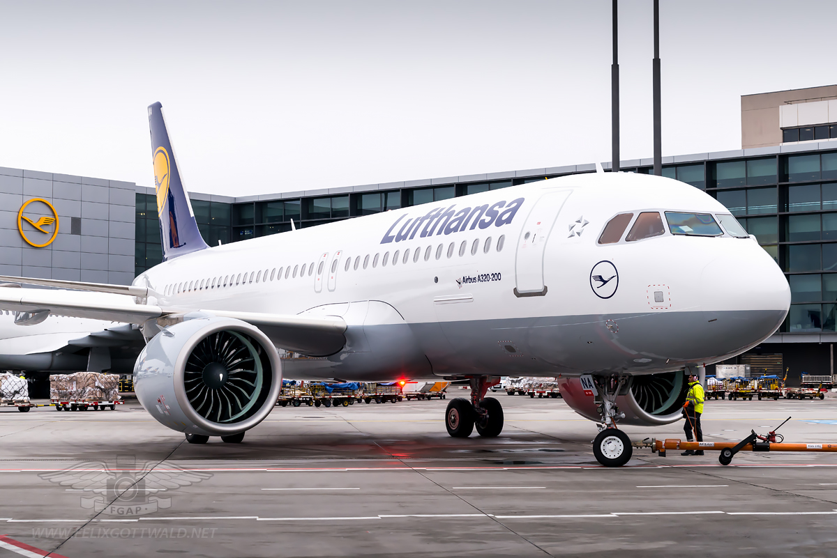 The A320neo with noticeably bigger engines